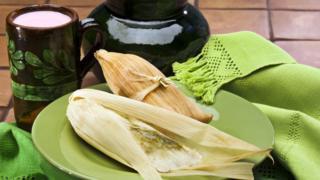 Un plato con tamales y atole