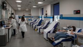 Milano'da bir kadın koronavirüs nedeniyle kan bağışında bulunuyor