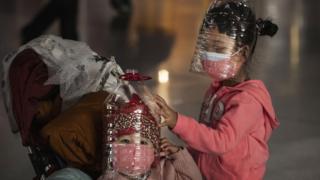 Niños el el aeropuerto de Pekín