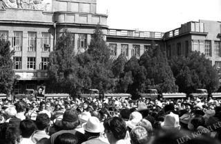 1937-жылдардагы саясий репрессия курмандыгы болгон 137 адамдын сөөгүн кайра жерге берүү, 1991-жыл, Бишкектин Эски аянты