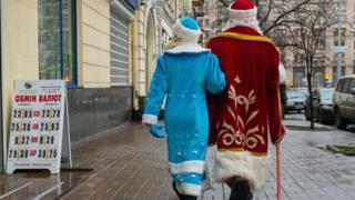 Дід Мороз і Снігурка на вулицях Києва