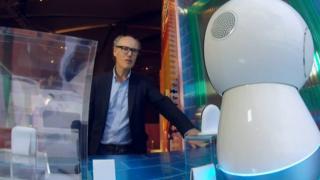 Вілл Гомперц знайомиться з роботом Джібо