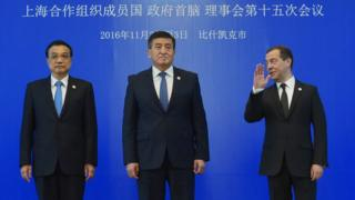 Çin Başbakanı Li Keçiang, Kırgızistan Başbakanı Sooronbay Ceenbekov ve Rusya Başbakanı Dimitri Medvedev 3 Kasım'daki ŞİÖ zirvesinde