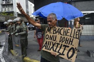 Trabajador del sector petrolero en huelga de hambre desde el 30 de mayo sostiene una pancarta en la que urge la presencia de Michelle Bachelet, alta comisionada de Naciones Unidas para los Derechos Humanos, en la Plaza de la Moneda, el 18 de junio de 2019.