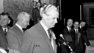 Gwynfor Evans ar fin annerch y dorf ar ól ei fuddugoliaeth hanesyddol yn is-etholiad Caerfyrddin, 1966