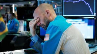 Funcionário de bolsa americana lamentando cenário de queda de ações