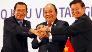 Thủ tướng Campuchia Hun Sen (trái), Thủ tướng Nguyễn Xuân Phúc và Thủ tướng Lào Prime Minister Thongloun Sisoulith tại Hội nghị Campuchia-Lào-Việt Nam hồi tháng Ba