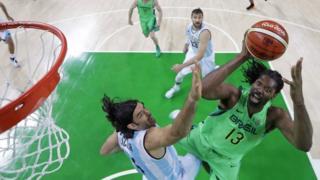Jogo de basquete entre Brasil e Argentina na Olimpíada