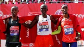 Eliud Kipchoge mshindi wa kwanza akiwa katikati ,Mshindi wa pili Kitata(Ethiopia) na mshindi wa tatu ni Mo Farah kutoka Uingereza