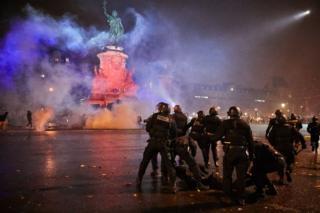 2018年12月8日,警察與抗議者在巴黎共和國廣場發生衝突