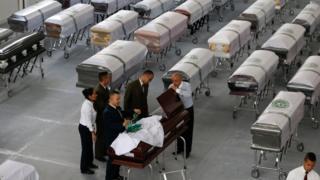 جثامين الضحايا في أكفان في ميديلين الكولومبية حيث وقع الحادث