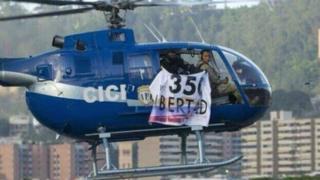 "Helicóptero piloteado por Óscar Pérez y luciendo la pancarta: ""350 libertad"""