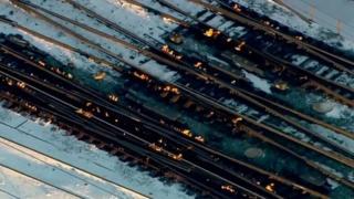 در شیکاگو برای آب کردن یخ در نقطه اتصال و جابجایی ریلآهنها آتش روشن کردند