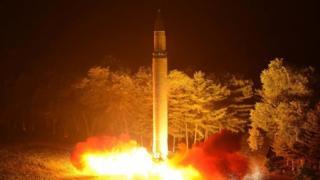 Kuzey Kore devlet medyasının yayımladığı bu fotoğrafta Hwasong-14 füzesinin fırlatıldığı görülüyor.