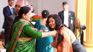 चालिसौँ राष्ट्रिय शिक्षा दिवस तथा अन्तर्राष्ट्रिय साक्षरता दिवसको उपलक्ष्यमा राष्ट्रपति कार्यालयमा विद्यावारिधि गरेका एक विद्यार्थीलाई पदक प्रदान गर्दै राष्ट्रपति विद्यादेवी भण्डारी।