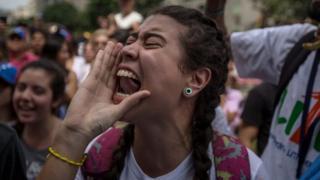 Dibadbaxayaasha ayaa ka soo horjeeda sida madaxweyne Maduro iyo dowladdiisa ay u maareeyeen dhibaatooyinka dhaqaalaha iyo siyaasadda