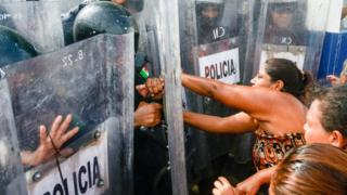 Policías y familiares de presos en la cárcel Las Cruces, Acapulco, México