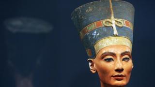 Le buste de l'une des grandes beautés de l'histoire, la reine Néfertiti d'Egypte, après son retour sur l'île aux musées de Berlin pour la première fois depuis la Seconde Guerre mondiale, dans l'ancien musée de la ville.