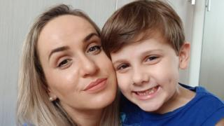 Juli Lanser Mayer com o filho diagnosticado com autismo