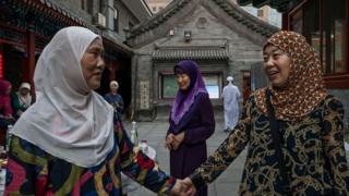 نساء من عرقية خوي