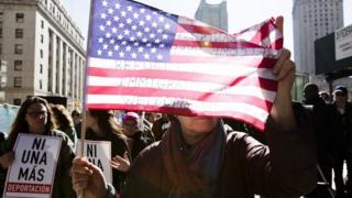Mulheres fazem protesto no EUA após imigrante ser preso em Nova York