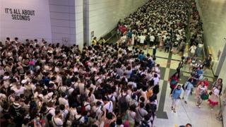 中环地铁站的人流