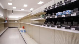 بسیاری از ترس قحطی و قرنطینه در آمریکا قفسههای فروشگاهها را از دستمال توالت خالی کردهاند