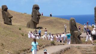 Turistas junto a los moáis