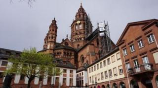 Thành phố Mainz của Đức nổi tiếng nhất là quê hương của Johannes Gutenberg, nhà phát minh ra loại máy in với chữ kim loại có thể thay đổi được.