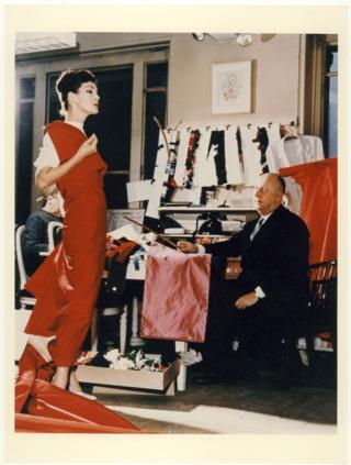 Крістіан Діор у своїй майстерні з манекенницею Лакі, 1955 рік