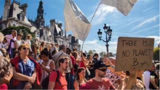Багато людей на демонстрації в Парижі