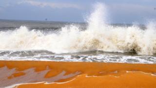 playa color naranja: la playa Kappad en la costa Kerala de India