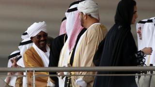 Rais wa zamani wa Sudan Omar al-Bashir (kushoto) alikuwa na ushirikiano mzuri na washirika wake wa Saudia