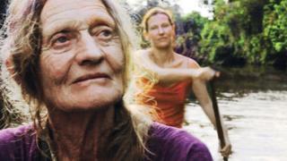 Valerie Meikle, Val, en primer plano y su hija Clare Weiskopf detrás, remando por el Amazonas. (Foto: cortesía de Clare Weiskopf / Amazona)