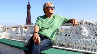 Joe Longthorne: Blackpool North Pier theatre renamed after singer thumbnail