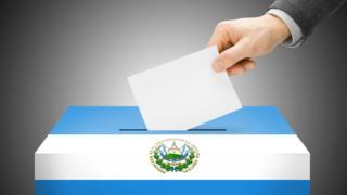 Urna con los colores de la bandera de El Salvador.