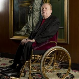 Larry Flynt na cadeira de rodas de ouro