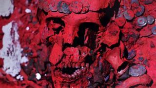 Restos da Rainha Vermelha coberta de um pó vermelho