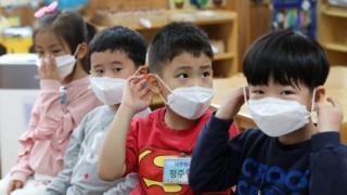 (캡션) 서울 용산구 청파어린이집 어린이들이 공기청정기가 설치된 교실에서 미세먼지 대응 수업을 하고 있다