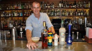 著名调酒大师马保罗(Paul Mathew)用中国白酒和西方洋酒调制出新时尚鸡尾酒