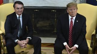 Bolsonaro e Trump sentados em sala da Casa Branca