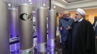 حسن روحانی رئیس جمهور و علی اکبر صالحی رئیس سازمان انرژی اتمی در کنار تاسیسات هستهای ایران