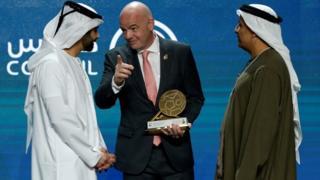 رئيس الفيفا الشيخ منصور بن محمد بن راشد آل مكتوم (إلى اليسار)، ورئيس نادي دبي الدولي للرياضات البحرية،
