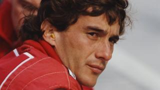 Ayrton Senna en un circuito de F1.