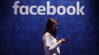 facebook logosu altında bir kadın