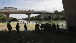 Militares en la frontera entre Estados Unidos y México.