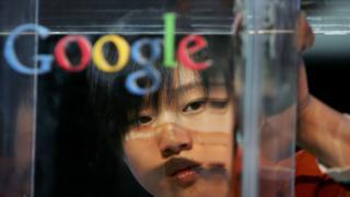 Google logosu arkasında bir Çinli