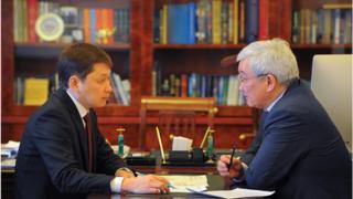 Премьер-министр Сапаар Исаков жана Бажы кызматынын төрагасы Кубанычбек Кулматов