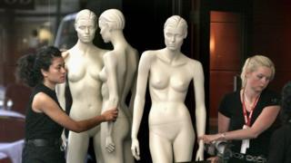 """تماثيل عرض ملابس السيدات """"غير صحية طبيا"""" و""""غير واقعية"""""""