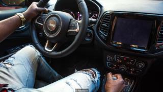 pria dan mobil